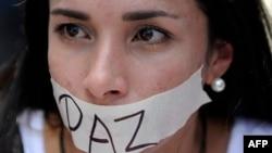بر برچسب نوشته شده است: «صلح»؛ بنا بر گزارشها این از شعارهای اصلی دانشجویان معترض به دولت است