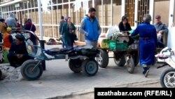 Грузчики на продовольственном рынке в Туркменистане (иллюстративное фото)
