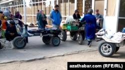 Грузчики на продовольственном рынке, Туркменистан (Иллюстрация)