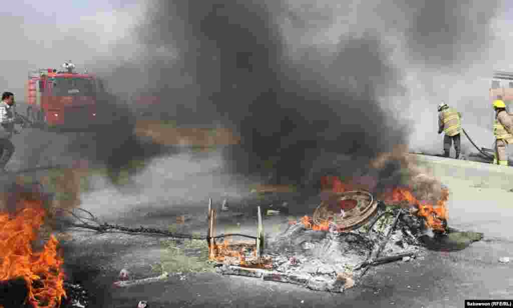 …а потім пожежники гасять їхні барикади з підпалених шин