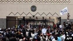 АҚШ елшілігі алдында тұрған наразылық танытушылар. Сана, Йемен, 13 қыркүйек 2012 жыл.