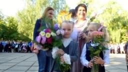Вучаніцы Эвэліна Самойленка (зьлева), Тацяна Турандзіна (справа) і настаўніца Лідзія Пятроўна Ціханоўская з магілёўскай школы №34