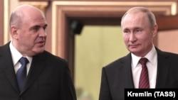 Mikhail Mishustin (solda) və Vladimir Putin