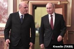 Ruski premijer Mihail Mišustin (lijevo) i predsjednik Vladimir Putin stižu na sastanak kabineta prošlog mjeseca.