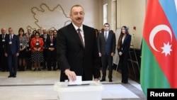 Ільгам Алієв вкидає бюлетень в урну на виборах президента Азербайджану, 11 квітня 2018 року