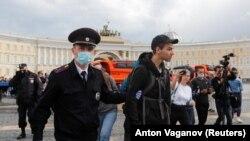 Дворцовая площадь Санкт-Петербурга, 1 июля 2020 года. Задержание протестующих против поправок к Конституции
