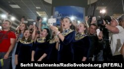 Boxer Oleksandr Usyk was greeted at Kyiv's Boryspil airport on July 23 by a choir.