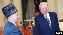 Аслан Масхадов и Борис Ельцин на переговорах в Кремле в августе 1996 года