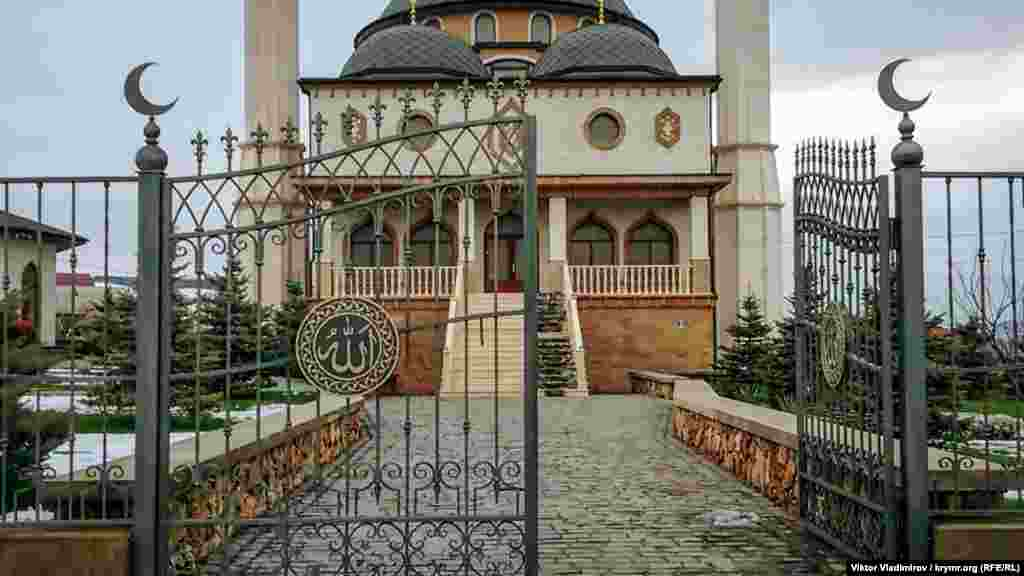 """Cami binası Aqmescit-Aqyar yolu ve """"Tavrida"""" federal trassasınıñ yanında buluna."""