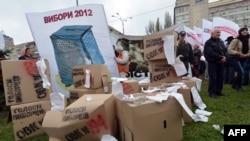 Участники акции протеста стоят около коробок, олицетворяющих избирательные урны. Киев, 5 ноября 2012 года.
