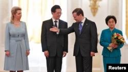 Һу Цзиньтао (с) һәм Дмитрий Медведев җәмәгатьләре белән