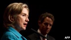 هیلاری کلینتون (چپ) همراه با تیموتی گایتنر، وزیران امور خارجه و خزانه داری آمریکا از اقدام اخیر کره جنوبی برای تحریم بیشتر ایران استقبال کردند.