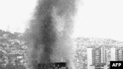 Zgrada Skupštine RBiH u Sarajevu u plamenu nakon artiljerijskog napada 5. avgusta 1992. godine