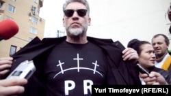 Артемий Троицкий поддерживает группу Pussy Riot. Февраль 2012 года, Москва