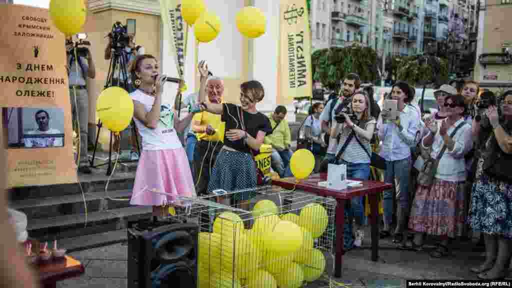 Повітряні кульки та солодощі, все як на справжньому святі