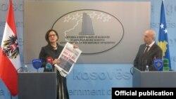 Косово. Министр внутренних дел Австрии Йоханна Микл-Лейтнер на совместной пресс-конференции с премьер-министром Косова Исой Мустафой, 20 февраля