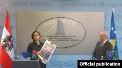 Йоганна Мікль-Лайтнер із газетою на прес-конференції у Приштині, 20 лютого 2015 року. Праворуч прем'єр-міністр Косова Іса Мустафа