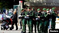 Гамбург көшесінде тұрған полиция арнайы жасағы, Германия (Көрнекі сурет).