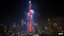 Знаковите сгради в Дубай светнаха в червено на 9 февруари, когато сондата на Обединените арабски емирства Ал Амал достигна орбита на Марс.