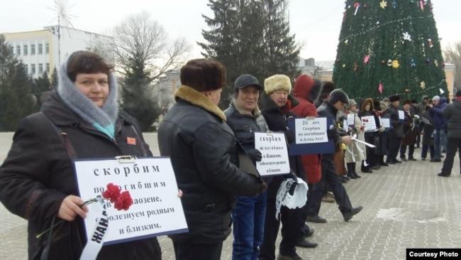 На фото: собравшиеся на мероприятие «Жанаозен-Желтоксан» в центре Уральска. 16 декабря 2012 года. Фото с социальной сети Facebook.