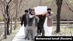 Похороны погибшего при нападении экстремистов на сикхский религиозный комплекс в Кабуле, в результате которого в конце марта были убиты десятки людей.