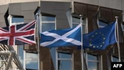 Շոտլանդիայի, Մեծ Բրիտանիայի և Եվրամիության դրոշները Շոտլանդիայի խորհրդարանի շենքի դիմաց, Էդինբուրգ, հունիս, 2016թ․