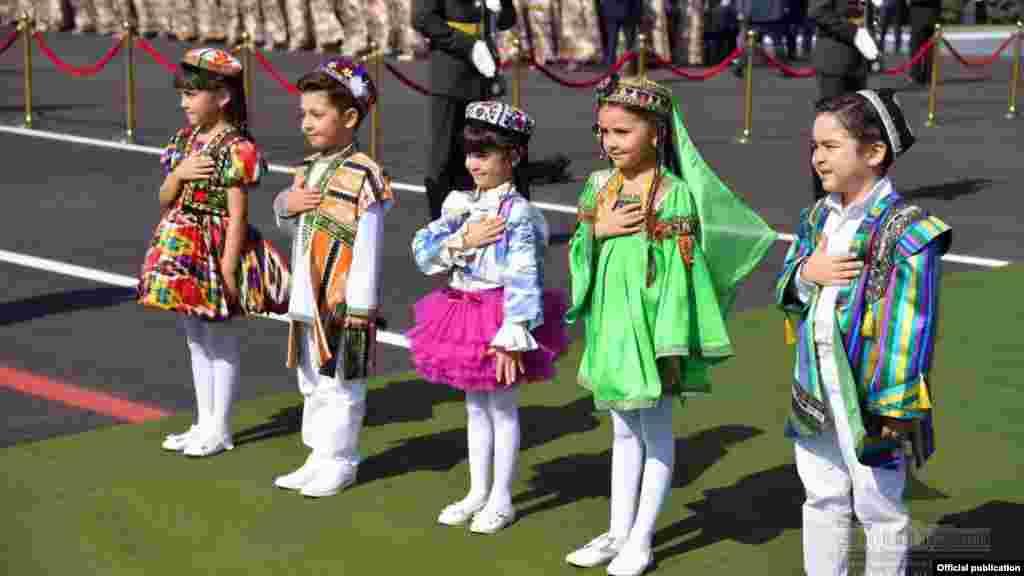 Президентті қарсы алу шарасында тұрған ұлттық киім киген балалар.Ташкент, 17 тамыз 2018 жыл