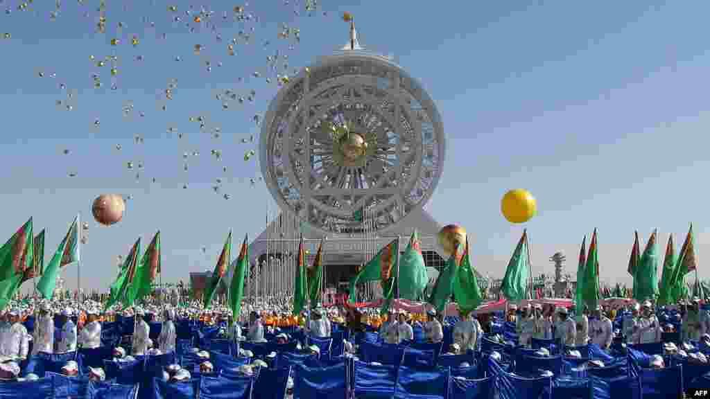 """Молодые туркмены присутствуют на открытии """"чертового колеса"""" под названием Алем (Вселенная) высотой в 47,6 метра в Ашхабаде 18 мая. (AFP)"""