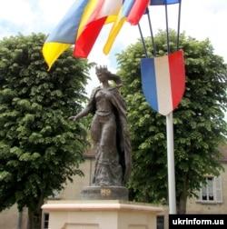 Пам'ятник королеві Франції Анні Ярославні (Анни Київської) в Санлісі, Франція, 15 травня 2011 року