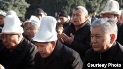 Алмазбек Атамбаев (марказда) жамоат билан бирга Ҳайит намозини ўқиган биринчи президент бўлди.