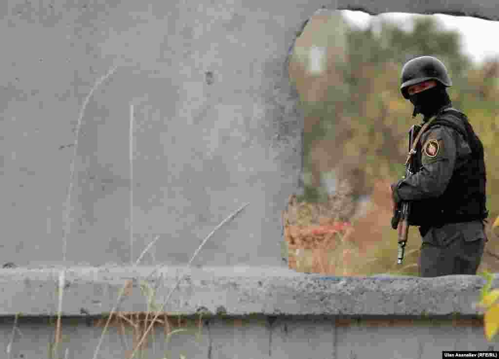 Напомним, в ночь на 12 октября из СИЗО №50 в селе Нижний-Нооруз в Чуйской области 9 человек совершили побег. При попытке остановить преступников были убиты трое сотрудников ГСИН, еще один тяжело ранен. Во время побега один из осужденных был ранен часовым. Пятеро беглецов были задержаны, четверо находятся на свободе.