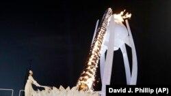 Олімпійська чемпіонка з фігурного катання Кім Йон А запалила олімпійський вогонь, 9 лютого 2018 року