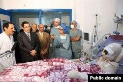 ბუაზიზი საავადმყოფოში. მარცხნიდან მეორე: პრეზიდენტი ბენ ალი