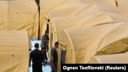 Ushtria dhe personeli mjekësor ngrenë tenda pranë Klinikës për Sëmundje Ngjitëse në Shkup.