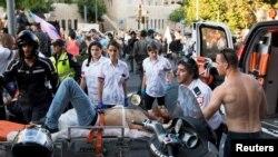 Медики увозят раненого участника гей-парада. Иерусалим, 30 июля 2015 года.