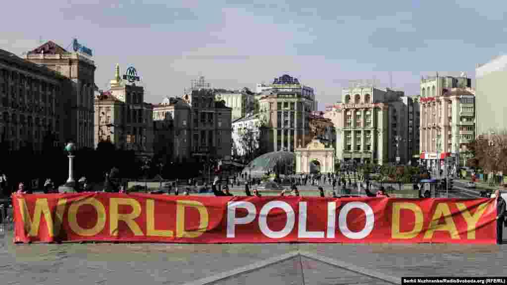 Поліомієліт – невиліковне інфекційне захворювання. Його спричиняє вірус поліо, що уражає нервову систему та призводить до паралічу, від якого жертви страждають все життя. 5-10% з тих, хто захворів, помирають через ураження дихальних м'язів