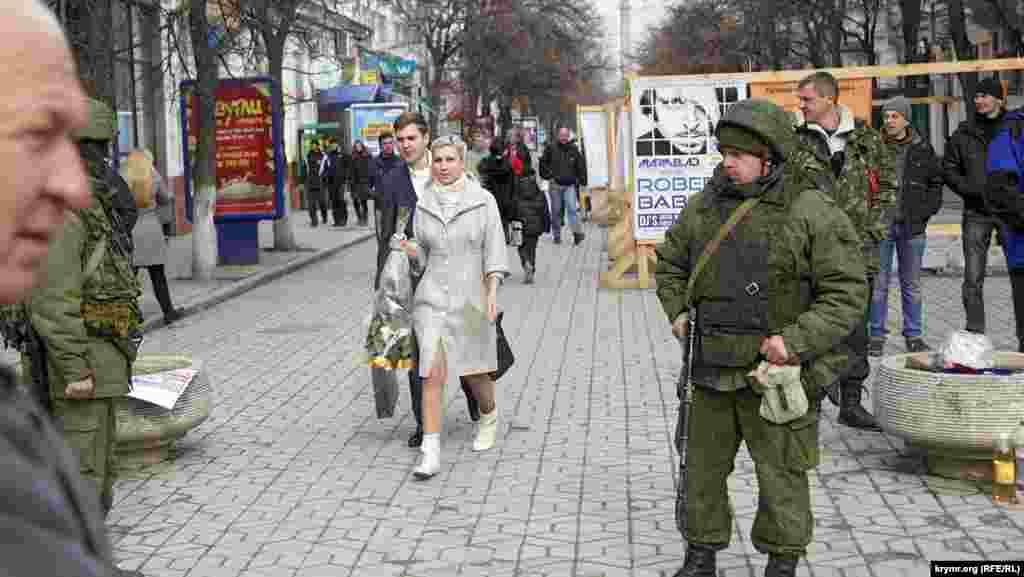 Стоило российским спецназовцам оказаться на обычной симферопольской улице, где не было митинга или блокады воинской части, как они начинали выглядеть неповоротливыми деревенскими парубками, впервые попавшими в город. «Самооборонцы», везде сопровождавшие и «опекавшие» россиян, как правило, смотрелись не лучше.