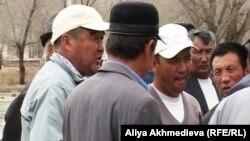 Қызылағаш ауылы тұрғындарының наразылық жиыны. Алматы облысы Қызылағаш ауылы, 23 сәуір 2011 жыл.