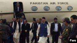 نخستوزیر پاکستان هنگام ورود به شهر مشهد.