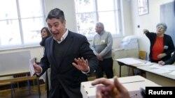 Лідэр Сацыял-дэмакратычнай партыі Зоран Мілановіч на выбарчым участку падчас парлямэнцкіх выбараў у Заграбе. Харватыя, 8 лістапада 2015 году