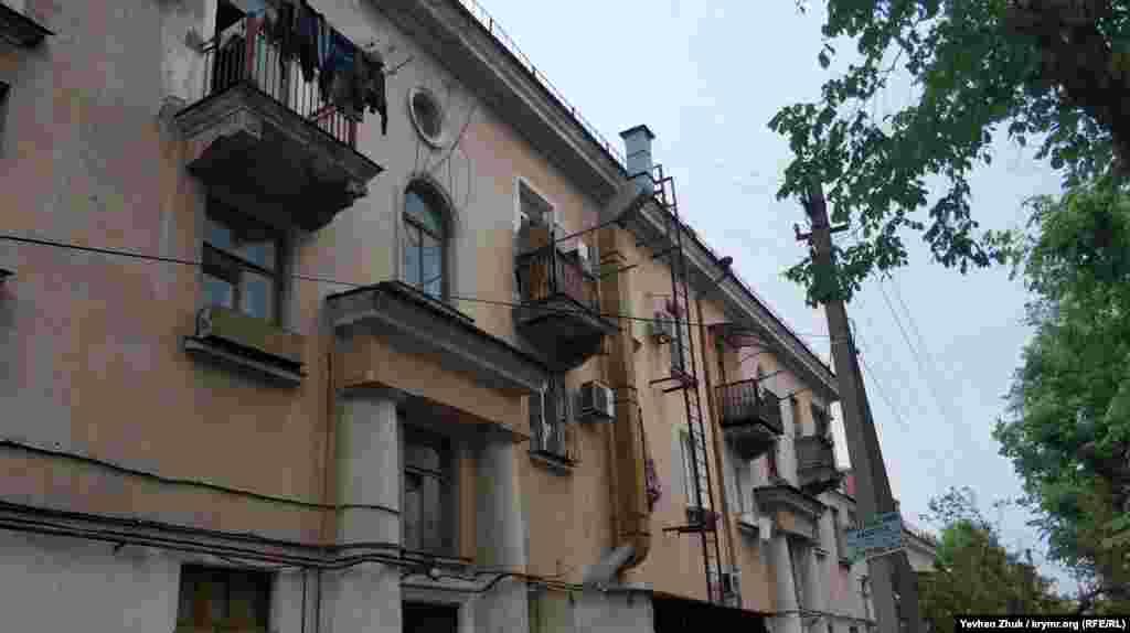 Майже всі будинки на вулиці Адмірала Макарова мають неповторний колорит