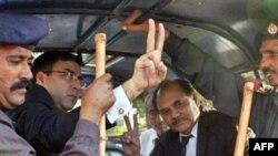 پلیس پاکستان ظرف دو روز گذشته دهها تن از وکلای معترض به انحلال دادگاه عالی این کشور را بازداشت کرده است.