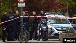 Полиция оцепила большую территорию вокруг больницы в Берлине, 27 апреля 2017 года.