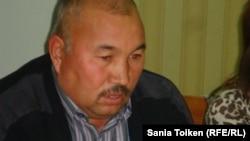 Баласын айырылған Төрехан Тұрғанбаев. Жаңаөзен, 16 қараша 2012 жыл.