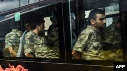 Турецкие солдаты, задержанные после попытки государственного переворота.