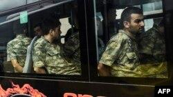 Militari turci deținuți după puci, aduși în fața tribunalului