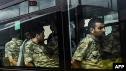 Турэцкіх вайскоўцаў, якіх вінавацяць ва ўдзеле ў перавароце, на аўтобусе прывезьлі ў суд у Стамбуле 20 ліпеня