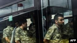 Төңкөрүш аракетине катышы бар делген аскерлер сотко алынып келүүдө. Стамбул, 20-июль, 2016-жыл.