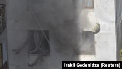 Қарулы топ бекінген көпқабатты үйдің сыртқы көрінісі. Тбилиси, 22 қараша 2017 жыл.