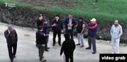 Қазақ-қырғыз шекарасында тұрған жүк көліктерінің жүргізушілері. 4 сәуір 2019 жыл.